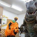 ハロウィンイベントに恐竜が乱入で大パニック!?